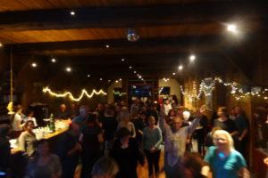 Feiernde Gäste beim Tanzen