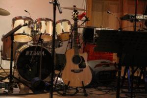Bild der Bühne im Poppenhuus mit Instrumenten